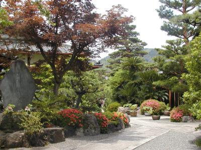 a temple garden in arishiyama